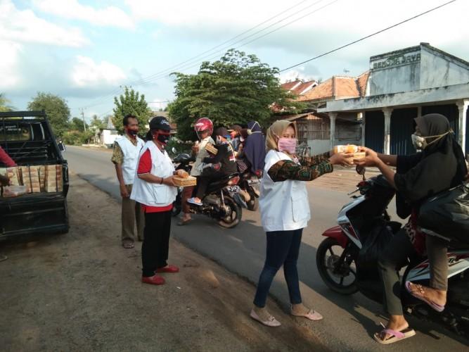 Serentak, Baguna DPD PDIP Lampung Bagikan Nasi Kotak dan Takjil