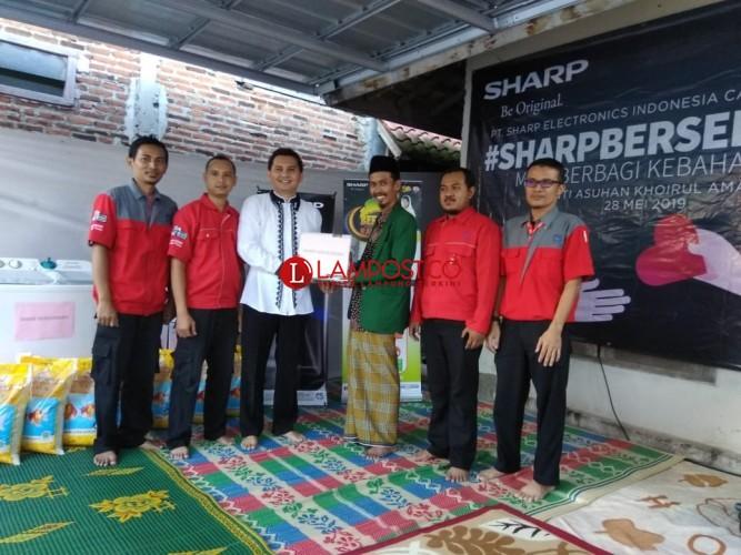 Sharp Bersedekah Bagikan Kebahagian dan Ilmu Pengetahuan