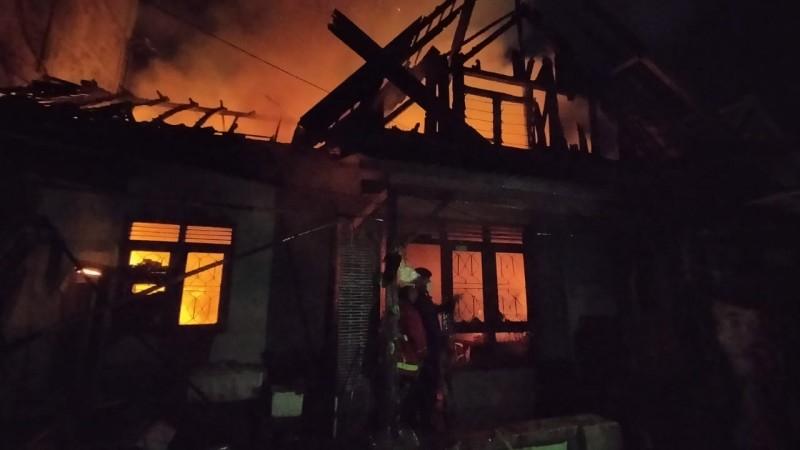 Si Jago Merah Melalap Rumah Dekat SD Gotongroyong