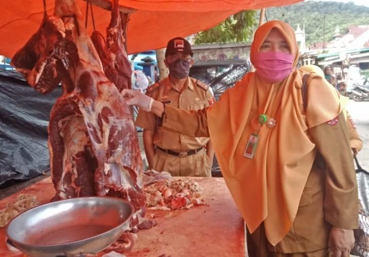 Sidak di Pasar Liwa, Petugas Keswan Temukan Cacing di Hati Sapi