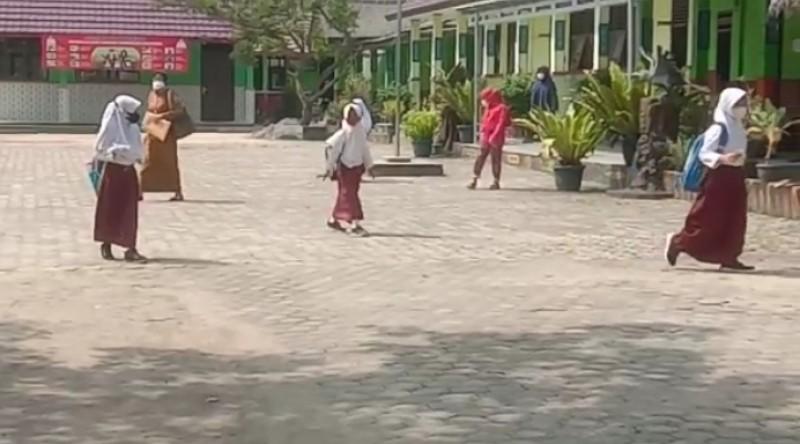 Siswa Sambut Hari Pertama PTM di Lamsel