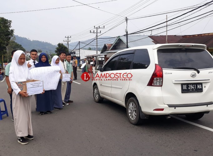 Siswa SMKN 1 Liwa Galang Dana Bantuan Gempa Palu