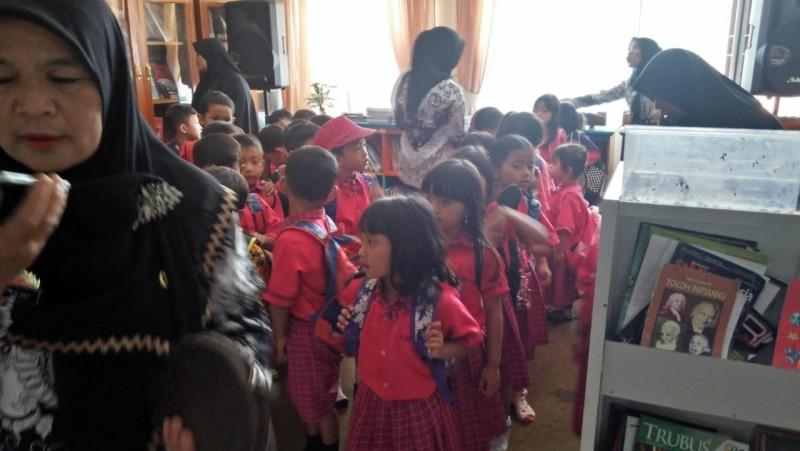 Siswa TKN 1 Balikbukit Belajar Literasi di Perpustakaan Daerah