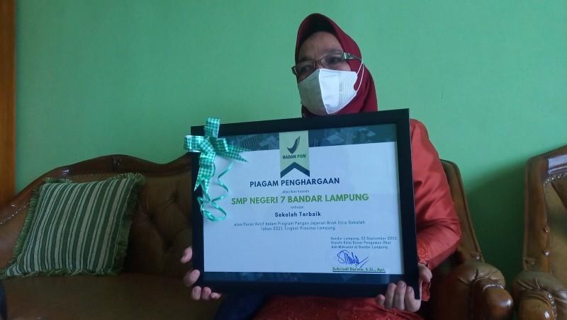 SMPN 7 Bandar Lampung Terima Penghargaan Makanan Sehat BPOM