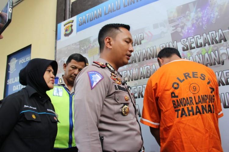 Sopir Truk Mundur Yang Menggilas Pengendara Motor Hingga Tewas Ditangkap Polisi di Kalianda