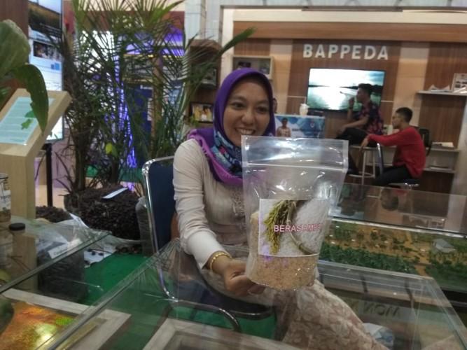 Stand Pemkab Mesuji Sediakan Beras Ampai dari Rawa di Lampung Fair