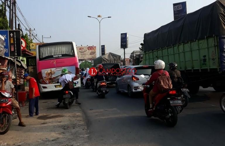 Sumbang Kemacetan, Terminal Bayangan di Bundaran Hajimena Dikeluhkan Masyarakat