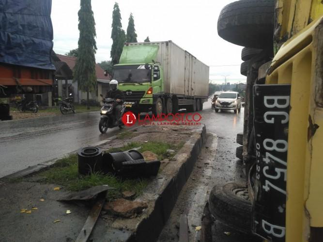 Tabrak Pembatas Jalan  di Natar,Truk Terguling