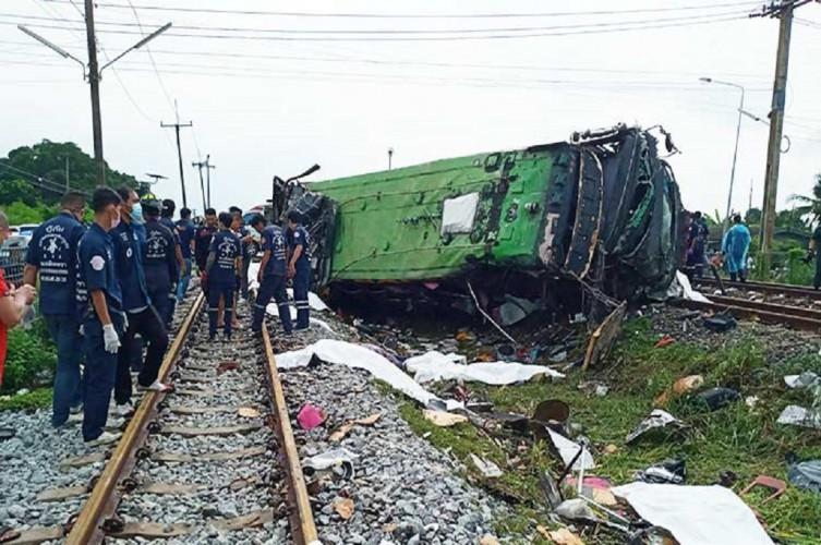 Tabrakan Kereta dan Bus di Thailand, 17 Orang Tewas Puluhan Luka