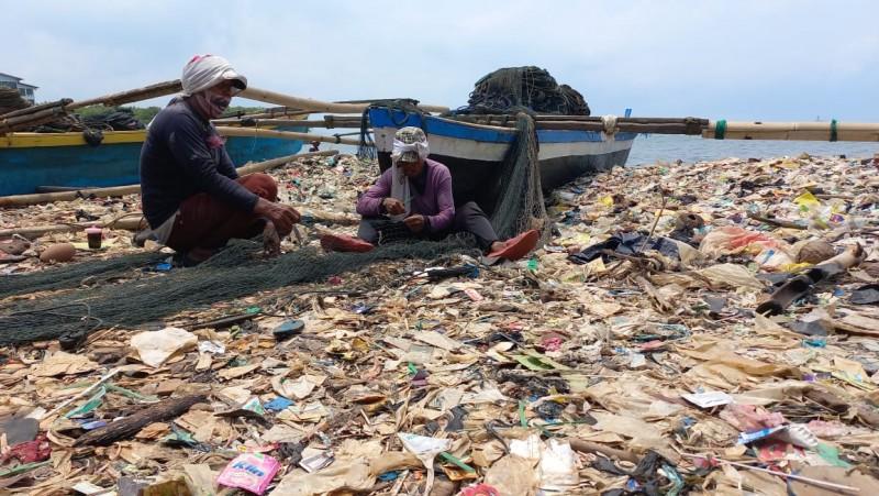 Puluhan Tahun Pantai Sukaraja Jadi Tong Sampah