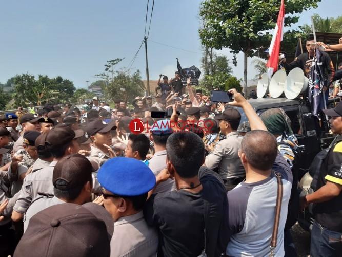 Tak Jalankan Permenhub, Ratusan Massa Tuntut ASDP