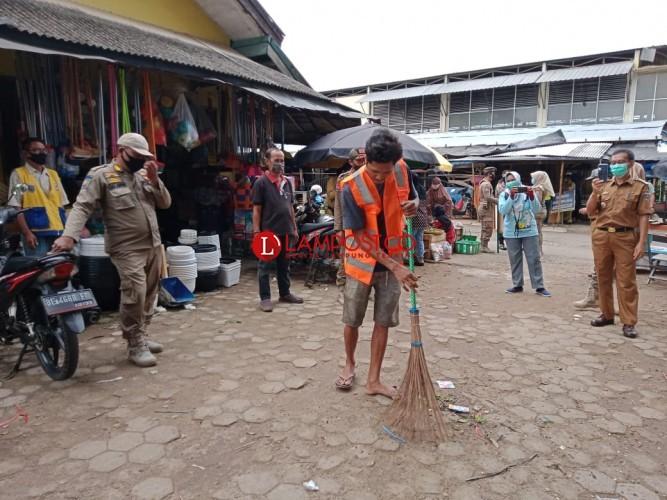 Tak Pakai Masker, Sejumlah Warga Dihukum Bersihkan Pasar Tejoagung