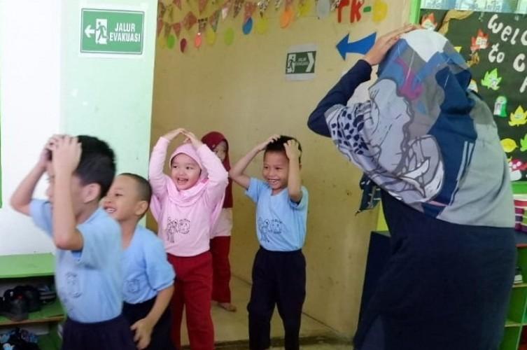 Tanamkan Tanggap Bencana Sejak Dini, TK Islam Al Azhar Gelar Simulasi Bencana