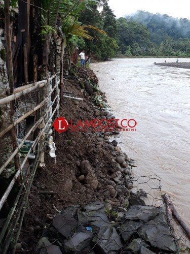 Tanggul Penahan Banjir Tergerus Hujan, Way Krui Banjir