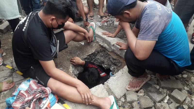 Tangis Ayah Shakeel Pecah saat Ikut Pencarian di Gorong-gorong
