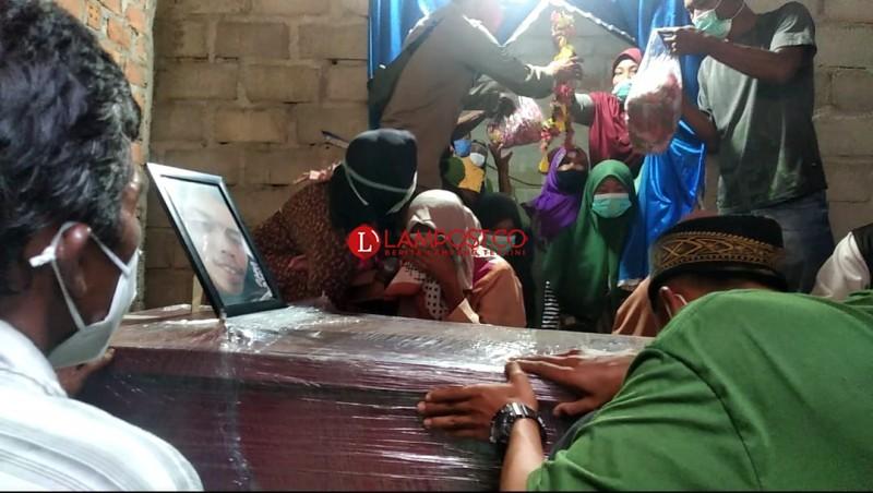 Tangis Haru Sambut Jenazah Pipit Korban Sriwijaya Air