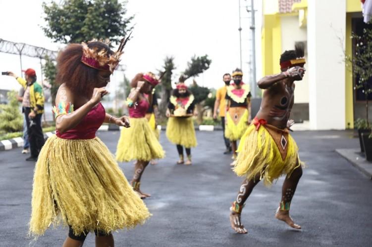 Tari Seka Khas Papua Lepas Atlet Lampung ke PON XX