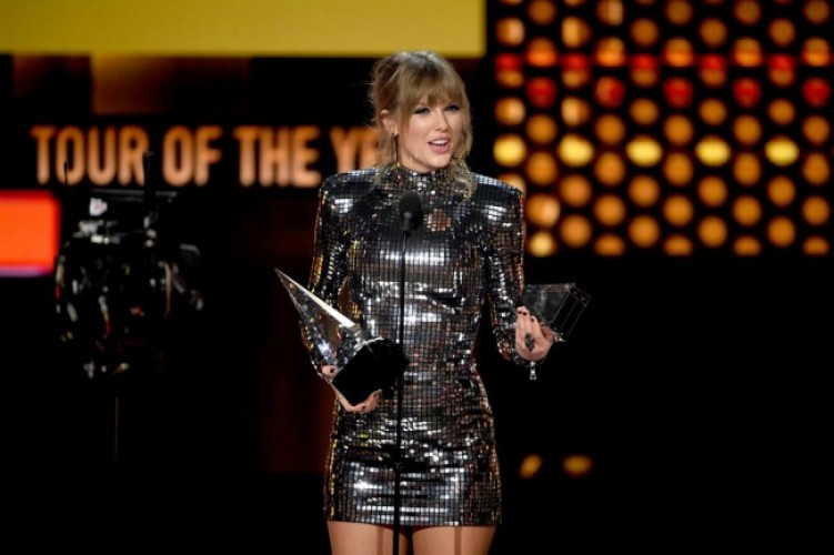 Taylor Swift Borong Piala American Music Awards