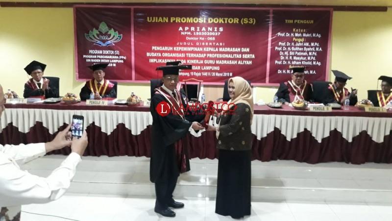 Teliti Kepemimpinan Madrasah, Aprianis Raih Doktor ke 65