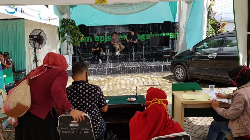 Terapkan Protokol Kesehatan, Antrean Peserta BPJamsostek Bandar Lampung Disuguhi Hidangan dan Hiburan Musik