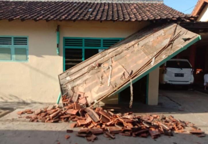 Teras Rumah Warga Ambruk Diterjang Angin Kencang