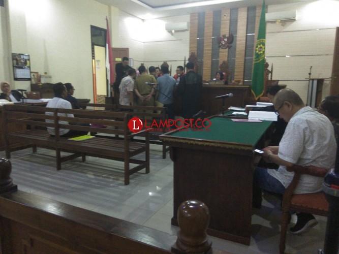 Terdakwa Kasus Korupsi Ini Asik Main Ponsel Saat Proses Sidang Berlangsung