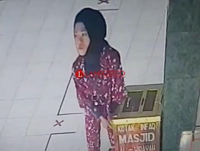 Terekam CCTV, Seorang Wanita Curi Kotak Amal Masjid