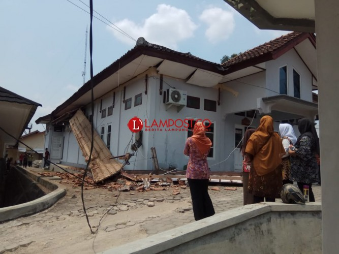 Tritisan Gedung DPRD Lamsel Ambrol