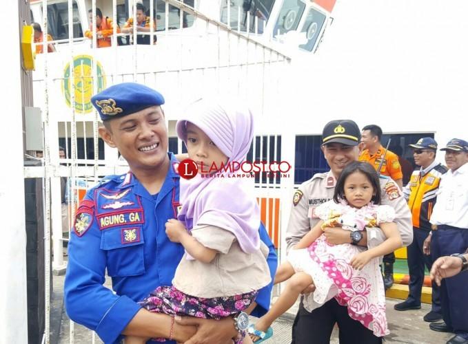 Terjunkan 30 Personel, Polres Lamsel Bantu Evakuasi Penumpang Kapal Kandas