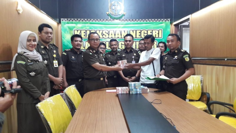Terpidana Korupsi Jalan TNWK Bayar Uang Pengganti ke Kejari Lamtim