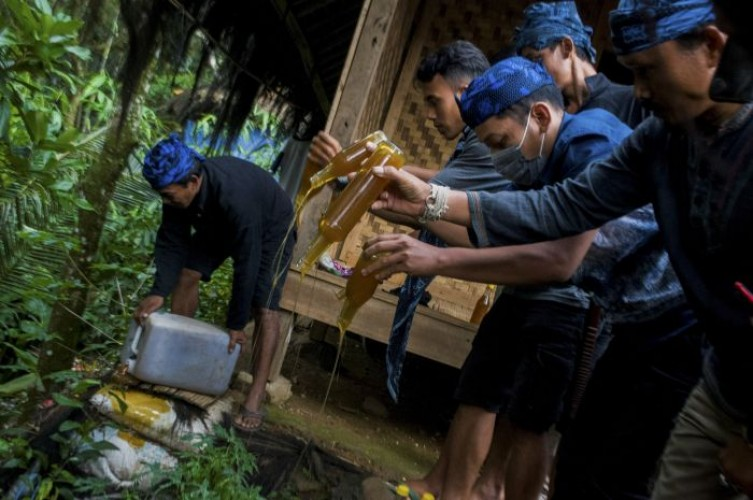 Tetua Adat Baduy Musnahkan Satu Drum Madu Palsu Hasil Sitaan