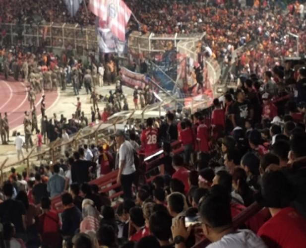 The Jak Masuk Sisi Lapangan, Duel Badak Lampung Vs Persija Dihentikan Sementara