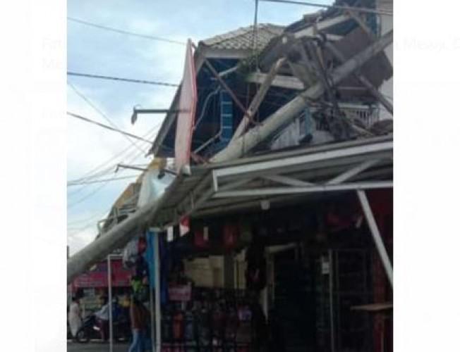 Tiang Listrik Roboh di Pasar Liwa, 3 Kecamatan Padam