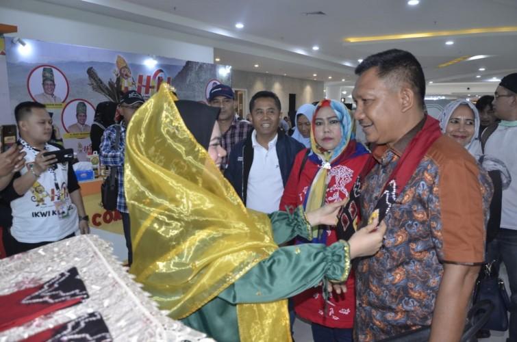 Tiba di Bandara, Ketua PWI Lampung Disematkan Kain Sasirangan