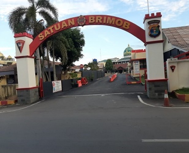 Tiga Mobil Berpelat B Keluar dari Mako Brimob Polda Lampung