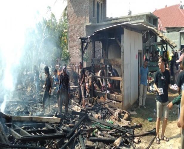 Tiga Rumah di Penengahan Terbakar