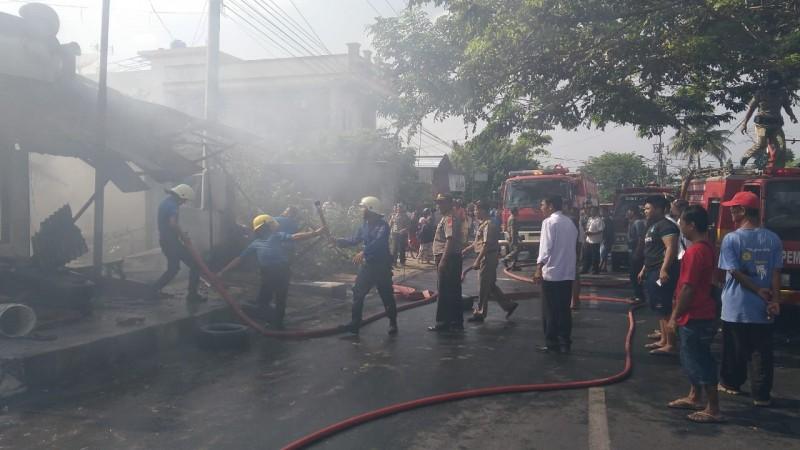 Tiga Unit Damkar Dikerahkan Padamkan Api