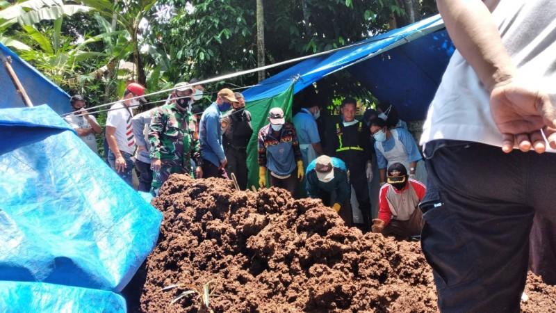 Tim Forensik Autopsi Mayat Korban Pembunuhan di Pekon Kerta