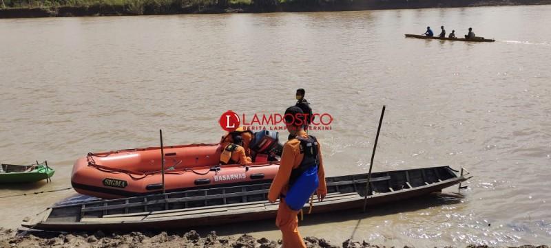 Tim Gabungan Dibantu Warga Cari Korban Tenggelam di Sungai Way Kanan