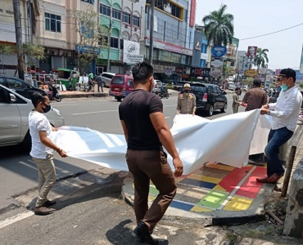 Tim Gabungan Tertibkan APK di Jalan Utama Bandar Lampung