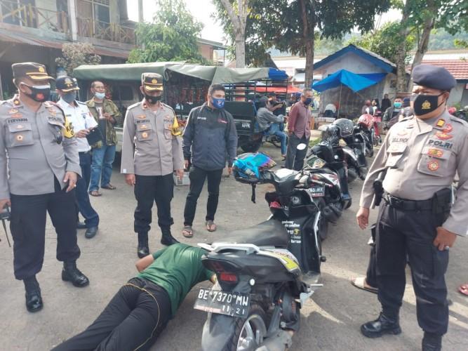 Tim Gabungan TNI/Polri Pantau Disiplin Prokes di Pasar Liwa