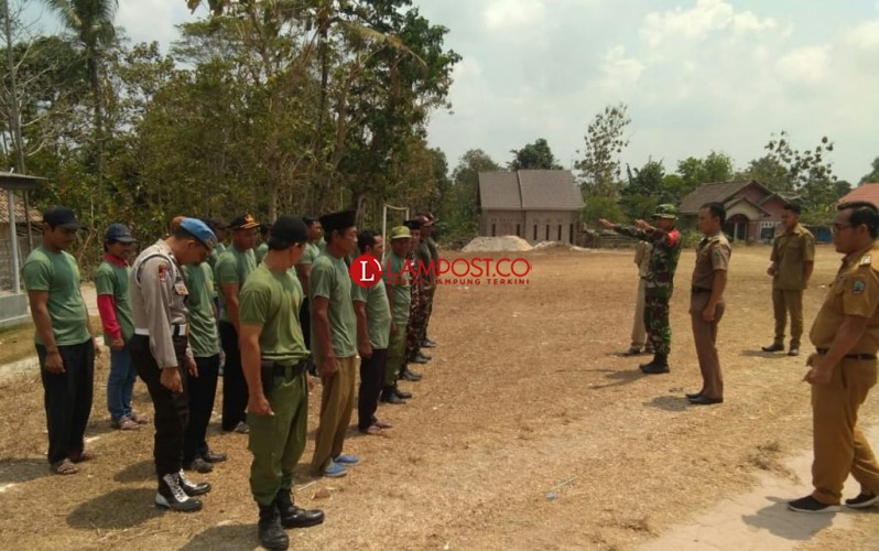 Tingkatkan Kedisiplinan, Belasan Satlinmas Tanjungsari Dilatih Baris Berbaris