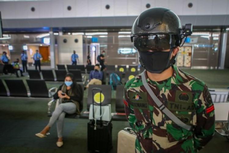 TNI AD Gunakan Helm Termal Deteksi Penyebaran Korona