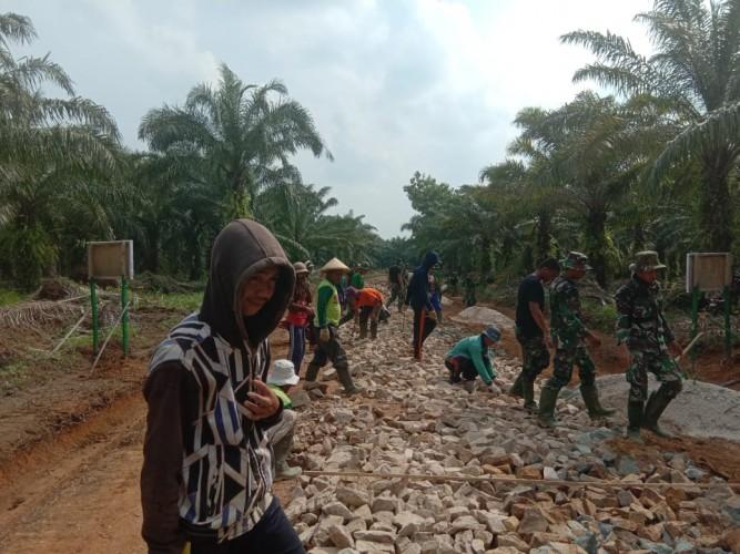 TNI di Lamteng Bergerak Bersama Warga Tiga Kampung