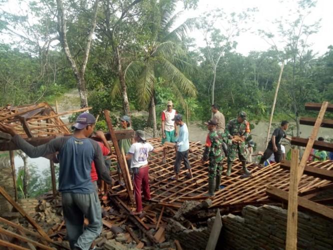 TNI Gotong Royong Bersama Warga Bersihkan Puing Rumah Ambruk di Margasari