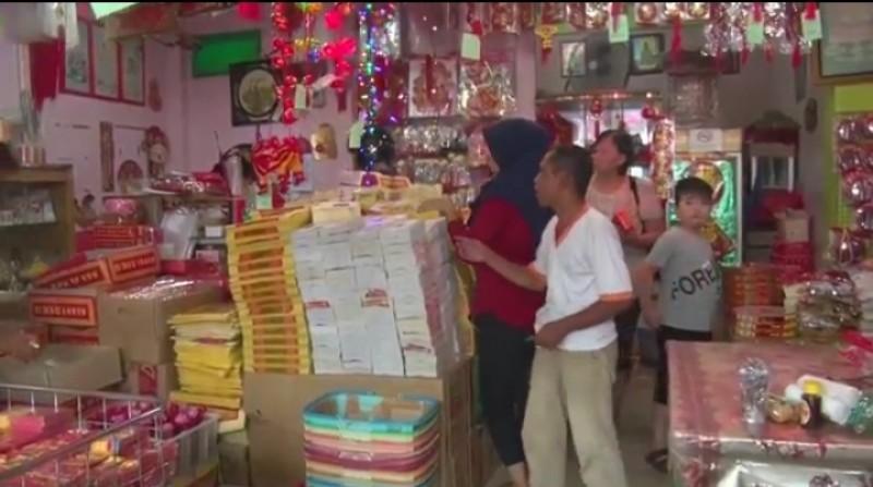 Toko Perlengkapan Imlek di Pasar Kangkung Mulai Ramai