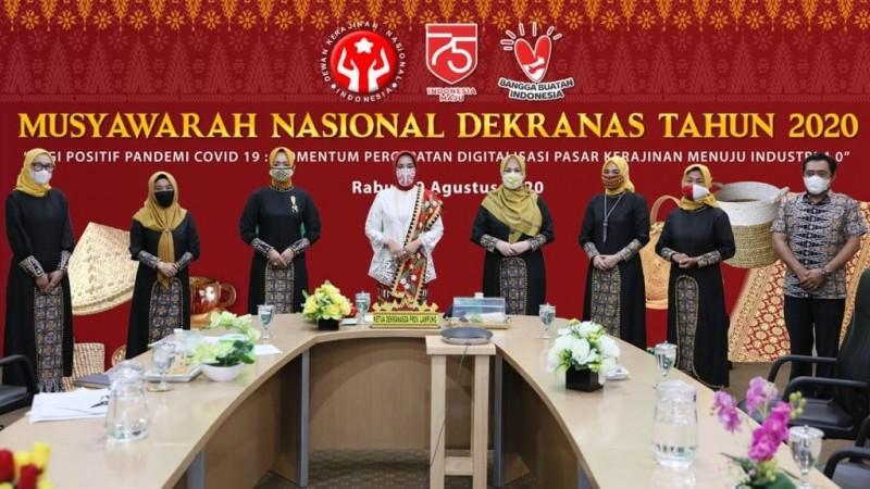 Tokoh Nasional Kenakan Kain Tapis di Munas Dekranas