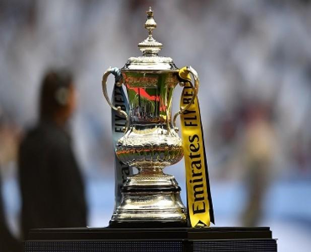 Trofi Piala FA Tidak Diberikan di Lapangan