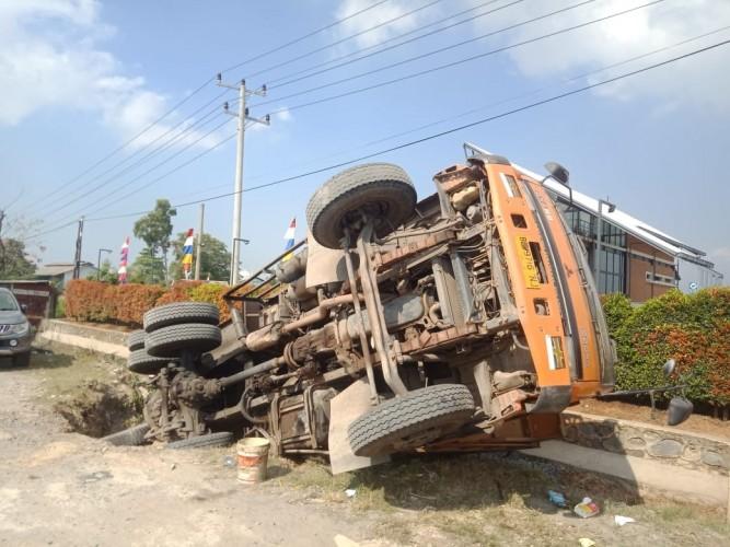 Truk Bermuatan Batu Ambles di Jalan Soekarno Hatta Bandar Lampung