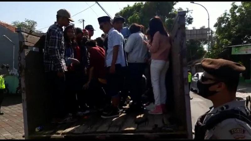 Truk Bermuatan Puluhan Remaja Hendak Piknik Dipaksa Putar Balik